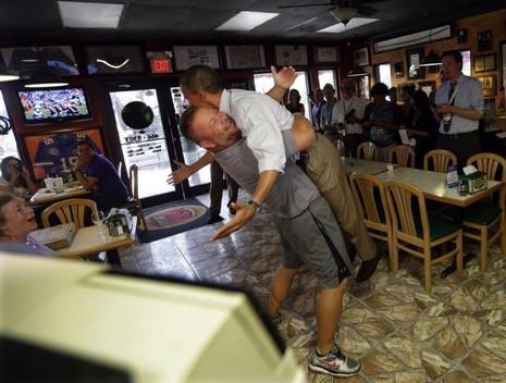 Tổng thống Obama (phải) được một chủ quán Pizza và mì Ý ở Florida chào đón khi ông bất ngờ ghé ăn ngày 9-9-2012.