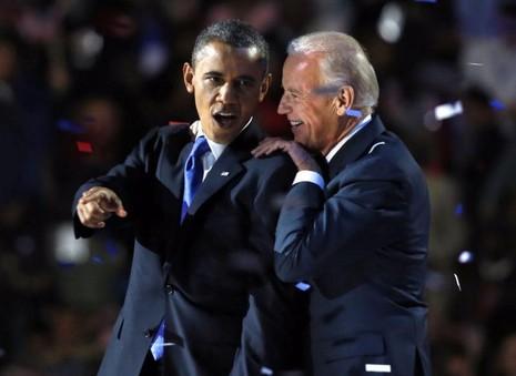 Tổng thống Obama và Phó Tổng thống Joe Biden sau bài phát biểu mừng chiến thắng tổng thống nhiệm kỳ hai ở Chicago ngày 6-11-2012.