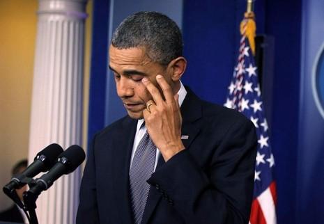 Tổng thống Obama gạt nước mắt khi phát biểu về sự kiện một trường tiểu học ở Connecticut bị xả súng, tại Nhà trắng ngày 14-12-2012.