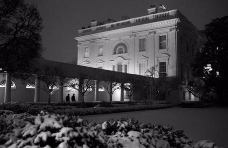 Tổng thống Obama và Chánh văn phòng nội các Denis McDonough trở về Nhà trắng sau một ngày làm việc trong một đêm đầy tuyết 27-10-2013.