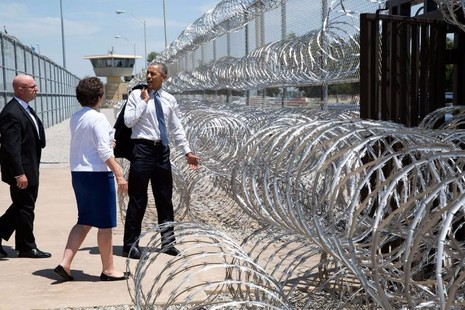Tổng thống Obama là tổng thống Mỹ đương nhiệm đầu tiên đến thăm một nhà tù liên bang. Ông đến thăm nhà tù El Reno tại Oklahoma ngày 16-7-2015.