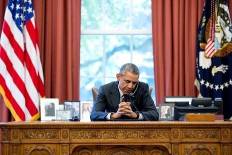 Tổng thống Obama lắng nghe lời cầu nguyện từ mục sư qua điện thoại nhân sinh nhật năm ngoái – 4-8-2015.