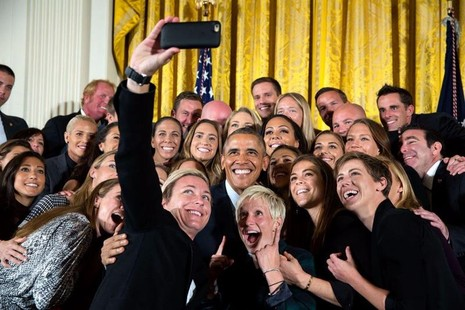 Tổng thống Obama chụp hình chung với đội tuyển bóng đá nữ của Mỹ mừng chiến thắng tại giải vô địch bóng đá nữ thế giới 2015, ngày 27-10-2015.