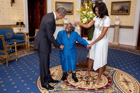 Vợ chồng Tổng thống Obama đón mừng cụ bà 106 tuổi McLaurin tại Nhà trắng.