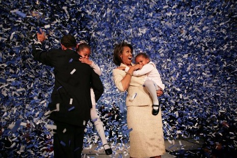 Thượng nghị sĩ Obama cùng vợ con mừng chiến thắng trước đối thủ Cộng hòa Alan Keyes ngày 2-11-2004 ở Chicago.