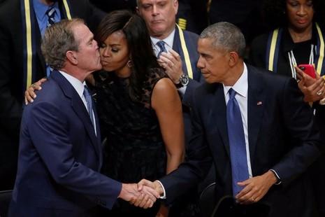 Cựu tổng thống George W. Bush (trái) và vợ chồng tổng thống Obama trong một buổi lễ tưởng niệm sự kiện xả súng nhắm vào cảnh sát ở Dallas, ngày 12-7-2016.