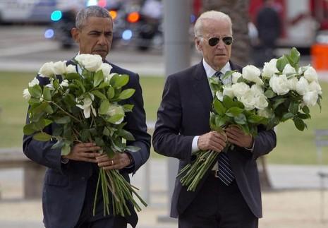 Tổng thống Obama và Phó Tổng thống Joe Biden ôm tổng cộng 49 hoa hồng trắng tưởng niệm 49 nạn nhân vụ xả súng hộp đêm đồng tính Pulse ở Orlando, ngày 16-6-2016.