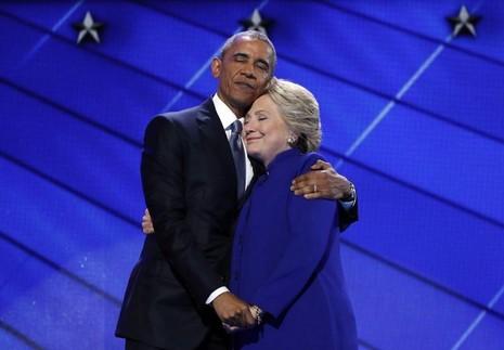 Tổng thống Obama và đại diện tranh cử tổng thống Dân chủ Clinton tại đại hội Dân chủ ở Philadelphia ngày 27-7-2016.