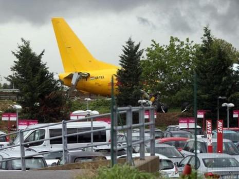 Đuôi máy bay ra tận một bãi đậu xe.