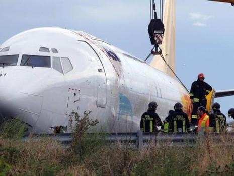 Bộ phận cứu hộ phải dùng cần cẩu đưa máy bay ra khỏi hiện trường.