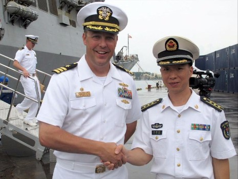 Trung tá hải quân Justin L. Harts (trái) bắt tay Phó Giám đốc Văn phòng Cố vấn Hạm đội Bắc Hải của Trung Quốc sau khi tàu USS Benfold đến TP Thanh Đảo ngày 8-8.