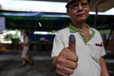 Một người dân Thái Lan bỏ phiếu tại Bangkok ngày 4-8.