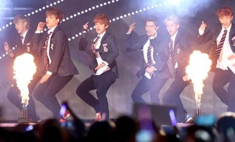 Ban nhạc Hàn Quốc EXO biểu diễn năm 2013. Hai buổi biểu diễn của EXO ở Thượng Hải đã bị hủy.