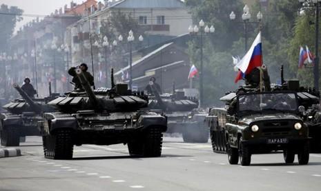 e tăng chiến đấu T-72 của Nga trong một sự kiện diễu hành kỳ niệm 70 năm chấm dứt chiến tranh thế giới thứ hai ở TP Yuzhno-Sakhalinsk, vùng Viễn Đông (Nga) ngày 2-9-2015.