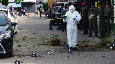 Cảnh sát điều tra một hiện trường nổ bom ở Hua Hin (Thái Lan).