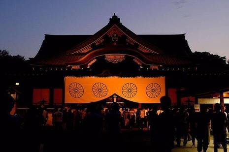 Trong đền Yasukuni có thờ 14 tướng quân đội Nhật bị tòa án quốc tế kết án là tội phạm chiến tranh.