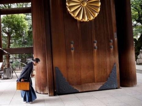 Một người Nhật hành lễ khi đến viếng đền Yasukuni trong ngày 15-8, kỷ niệm ngày Nhật đầu hàng đồng minh trong chiến tranh thế giới thứ hai.