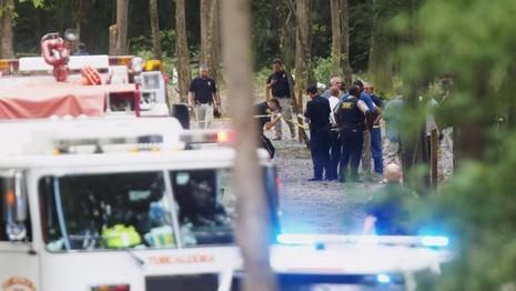 Cảnh sát đang điều tra tại hiện trường tai nạn gần sân bay Tuscaloosa (bang Alabama, Mỹ) ngày 14-8.