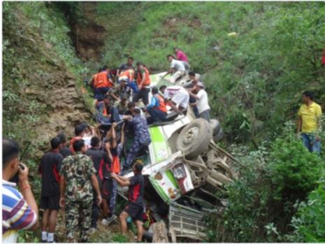 Hiện trường tai nạn xe khách lăn xuống vực.