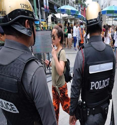 Cảnh sát Thái Lan tuần tra gần đền Erawan ở Bangkok (Thái Lan) ngày 14-8. Đền này năm ngoái cũng bị đánh bom làm 20 người chết.