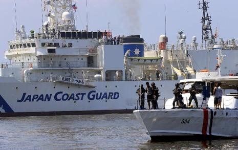 Tàu bảo vệ bờ biển Nhật (trái) và Philippines (phải) tập trận tại vịnh Manila (Philippines) ngày 13-7-2016.