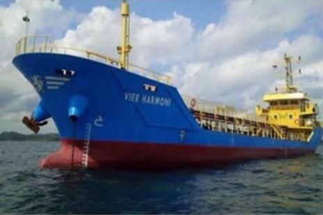 Tàu dầu Vier Harmoni của Malaysia chở 900.000 lít dầu bị cướp ở vùng biển Indonesia.
