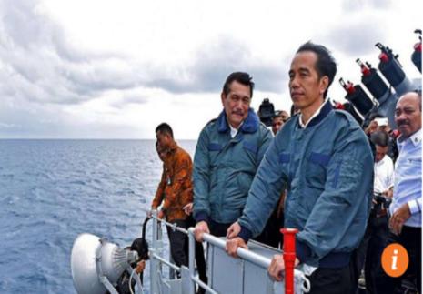 Tổng thống Indonesia Joko Widodo (áo xanh bên phải) thăm quần đảo Natuna hồi tháng 6.