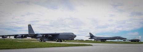 Máy bay ném bom lược B-52 Stratofortress, B-1 Lancer và B-2 Spirit trên đường băng sân bay căn cứ không quân Andersen ngày 17-8.