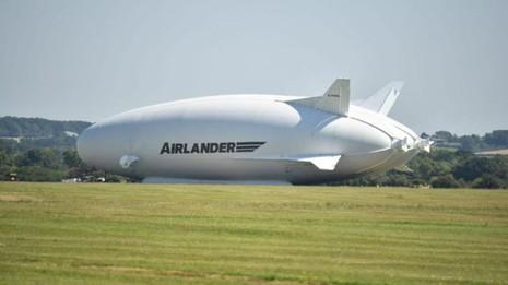 Chiếc Airlander nằm trên đường băng sân bay Cardington ở TP Bedfordshire (Anh) sau cú hạ cánh bằng mũi trong lần bay thử thứ 2 ngày 24-8.