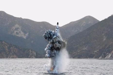 Hình ảnh một lần phóng tên lửa đạn đạo từ tàu ngầm của Triều Tiên do KCNA công bố ngày 24-4.