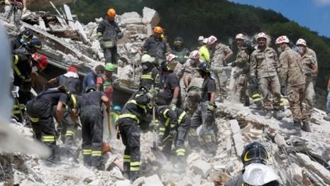 Lực lượng cứu hộ đang khẩn trương tìm cứu người tại làng Pescara del Tronto (tỉnh Le Marche).