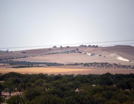 Xe tăng Thổ Nhĩ Kỳ và lực lượng phe nổi dậy tiến về biên giới Syria ngày 24-8.