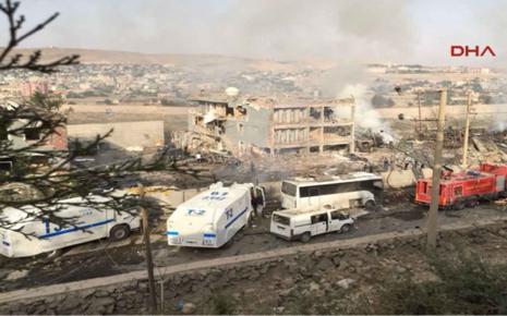 Đánh bom xe tải nhằm một trụ sở cảnh sát làm 8 cảnh sát thiệt mạng.