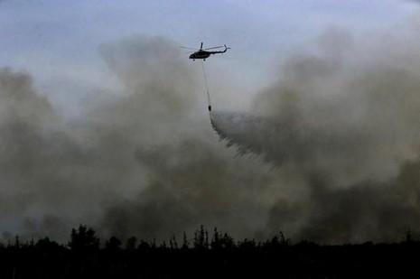 Trực thăng được huy động chữa cháy rừng Indonesia ngày 11-8.