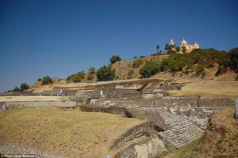Tên địa phương của Kim tự tháp Cholulu là Tlachihualtepetl, nghĩa là ngọn núi người xây.