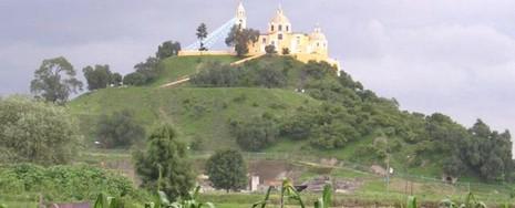 Nhà thờ do người Tây Ban Nha xây phía trên Kim tự tháp Cholulu.
