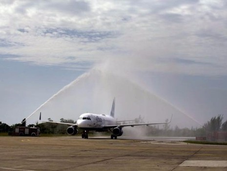 Nhân viên sân bay Santa Clara dùng vòi rồng phun nước đón chuyến bay lịch sử.