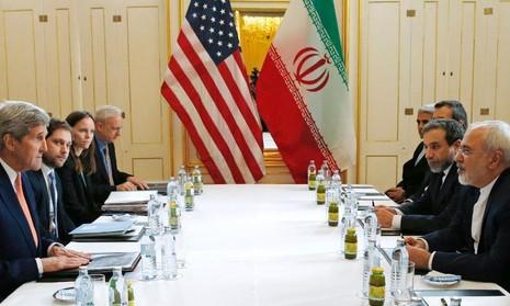 Ngoại trưởng Mỹ John Kerry (trái) và Ngoại trưởng Iran Javad Zarif (phải) gặp nhau tại Vienna (Áo) tháng 1.