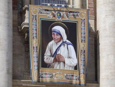 Hình ảnh Mẹ Theresa trên ban công nhà thờ Thánh Peter ở Vatican.