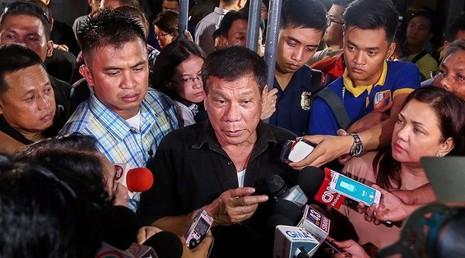 Ông Duterte trả lời báo chí về cuộc truy quét tội phạm ma túy hồi tháng 7. Mọi ánh mắt đang đổ dồn về Tổng thống Rodrigo Duterte tại hội nghị ASEAN ở Lào.