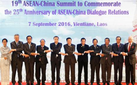 Thủ tướng Trung Quốc Lý Khắc Cường (thứ 5 từ trái qua) và các lãnh đạo ASEAN tại hội nghị ASEAN-Trung Quốc lần thứ 19 tại Lào ngày 7-9.