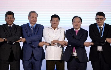 Tổng thống Duterte lạc lõng khi đứng cùng với các lãnh đạo ASEAN khác trong ngày hội nghị 6-9.