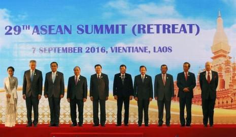Các lãnh đạo ASEAN trong phiên họp bế mạc hội nghị ngày 7-9 tại Lào.
