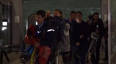 Du khách sau khi được giải cứu an toàn.
