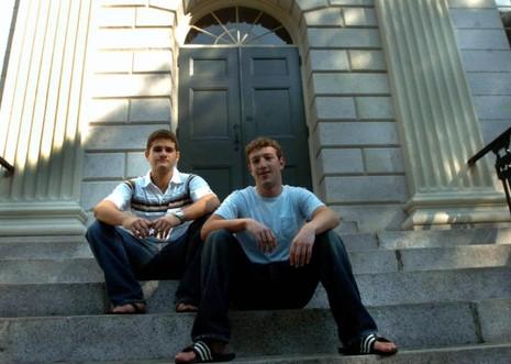 Hai bạn thân và đồng sáng lập Facebook Dustin Moskovitz (trái) và Mark Zuckerberg. Moskovitz