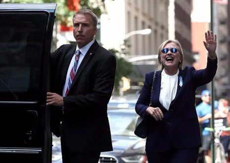 Bà Clinton cười và vẫy tay với báo chí khi rời khỏi nhà con gái ngày 11-9.
