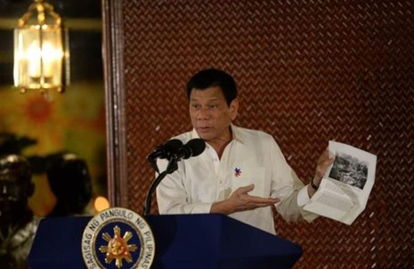 Tổng thống Duterte trưng hình ảnh và chỉ trích lính Mỹ giết hại người Hồi giáo trong quá trình xâm chiếm Philippines đầu thế kỷ 20.