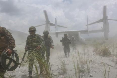 Thủy quân lục chiến Mỹ rời khỏi máy bay MV-22B Osprey tại căn cứ quân sự Crow Valley của Philippines trong một cuộc tập trận ngày 6-8.