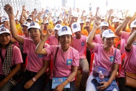 Người ủng hộ đảng CNRP tham dự một sự kiện ngày 11-9 tại trụ sở đảng CNRP.