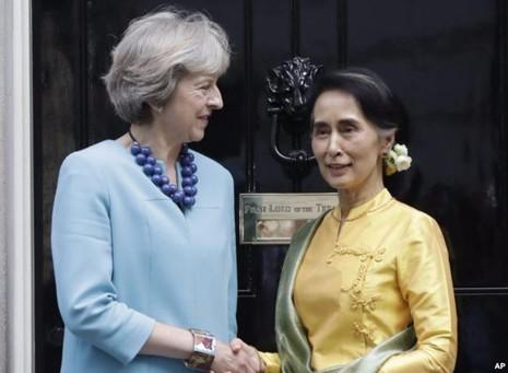Ngoại trưởng Myanmar Aung San Suu Kyi (phải) tiếp kiến Thủ tướng Anh Theresa May tại dinh thủ tướng số 10 Downing trong chuyến thăm Anh ngày 13-9.